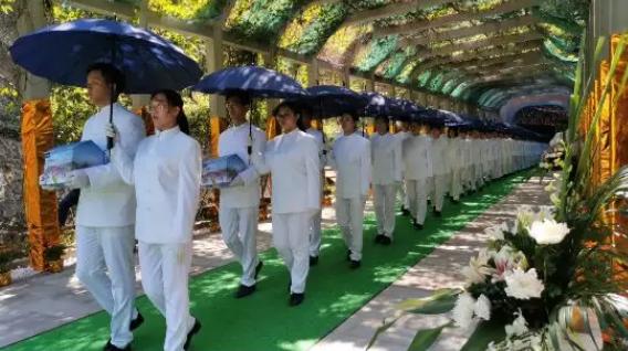 护送生态葬践行者们的骨灰去下葬仪式现场