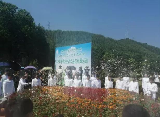 礼仪人员向生态葬践行者们撒鲜花